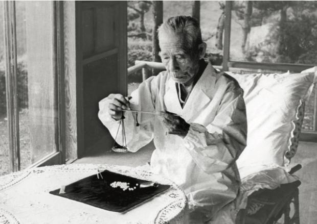 DMA-1951(昭和26)年頃、多徳の真寿閣にて真珠の計量を行う幸吉(93歳頃)(輝き6105)