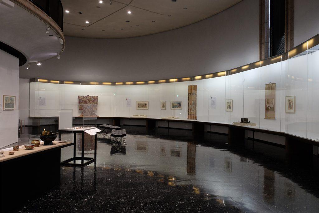 渋谷区立松濤美術館の「女・おんな・オンナ〜浮世絵にみる女のくらし」展会場風景。カーブを描く展示空間が、各章のテーマを有機的につないでいく。