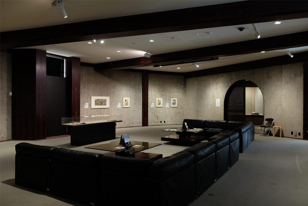 白井晟一の設計による松濤美術館。2階展示室は、ゆったりと落ち着いた雰囲気で、一点一点の作品とじっくり対話できる。