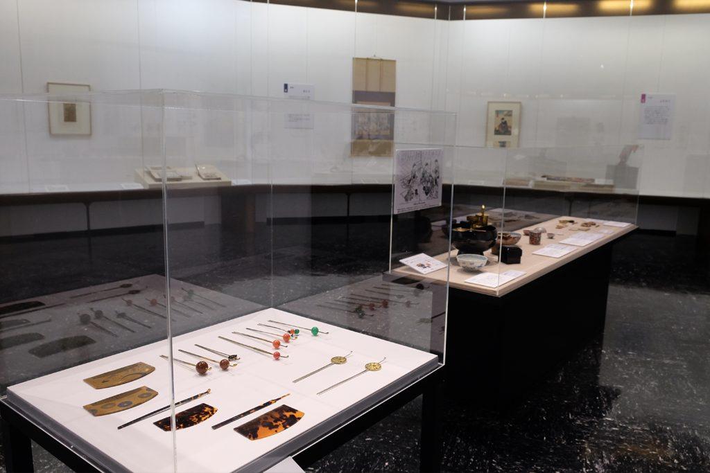 展覧会の会場には、櫛やかんざしなどの装身具、お歯黒や紅をつけるために使った化粧道具も展示されている。