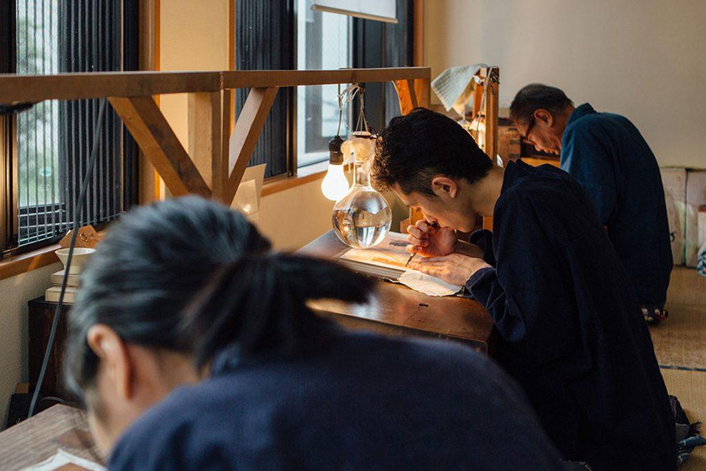 アダチ伝統木版画技術保存財団(彫師)