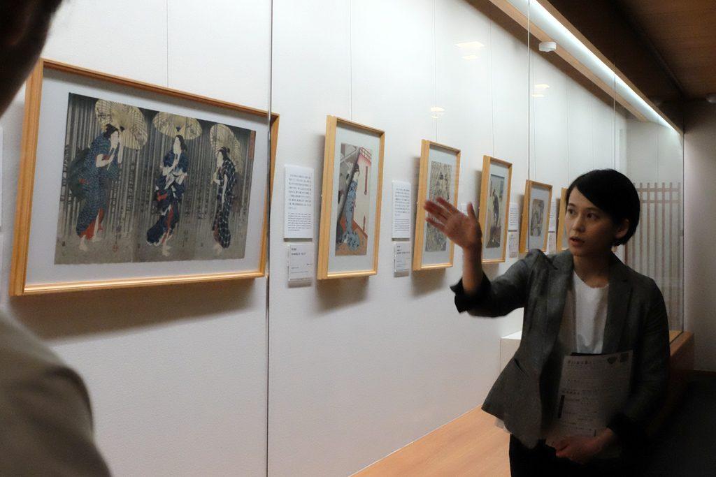内覧会で作品解説をする太田記念美術館の赤木学芸員。