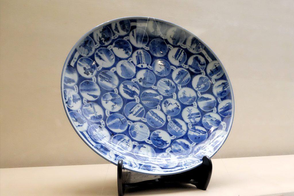 戸栗美術館「青のある暮らし」展示風景 東海道五十三次の絵皿