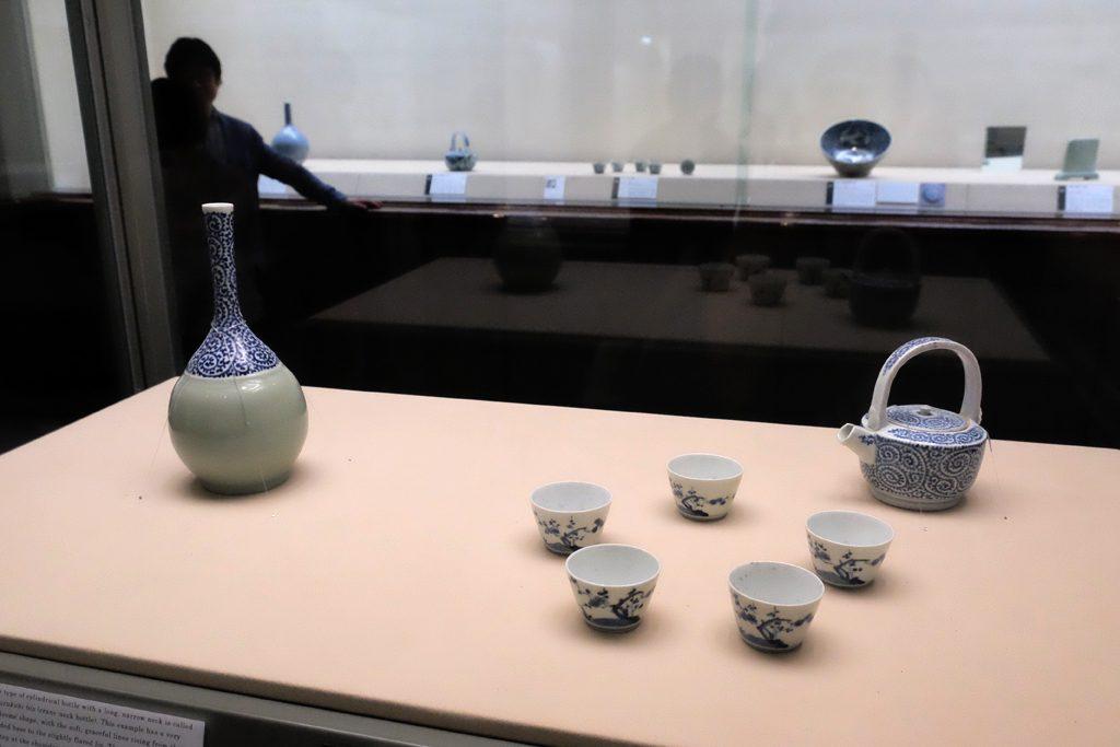 戸栗美術館「青のある暮らし」展示風景 お酒セット