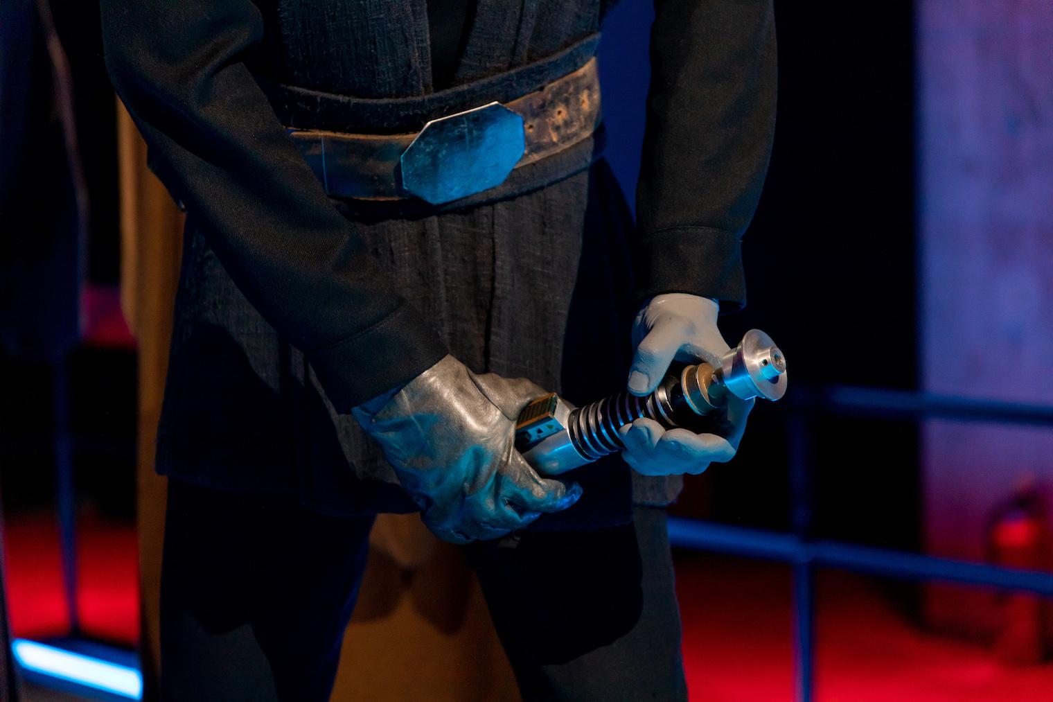ライトセイバーを握った手