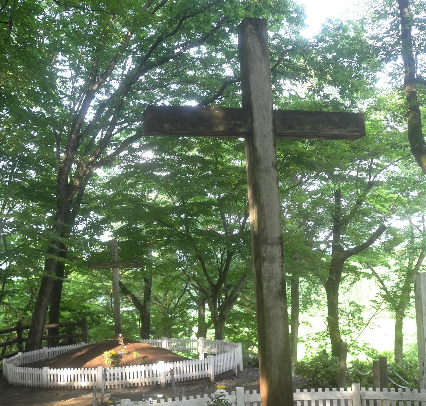 手前が「キリストの墓」と伝えられる十来塚、奥が「イスキリの墓」とされる十代墓