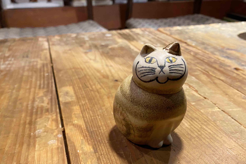金継ぎで繕われたネコ。なんだか誇らしげな顔をしている気がします