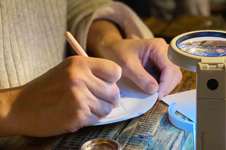 つないだ割れ目に筆で漆を乗せていきます