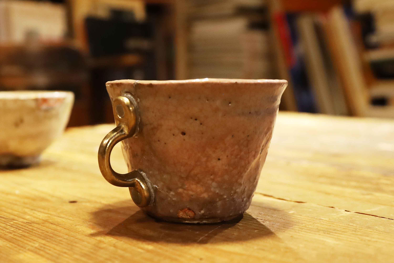 萩焼きのマグカップ。折れてしまった持ち手には、ひきだしの取っ手がつけられている