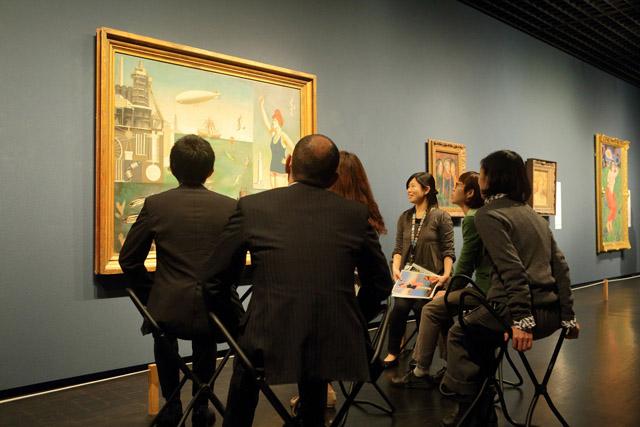 東京国立近代美術館で行われた対話型鑑賞の様子